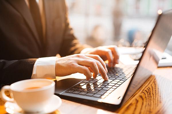 Laptops alleine im Café