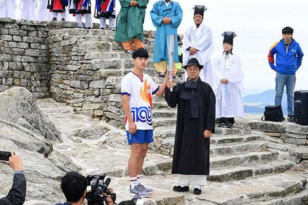 Fackellauf der 100.Ausgabe der nationalen Sportmeisterschaften hat begonnen