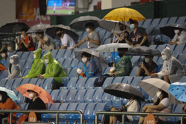 Baseballfans sind wieder im Stadion zugelassen
