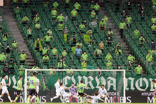 Fußballfans dürfen wieder ins Stadion