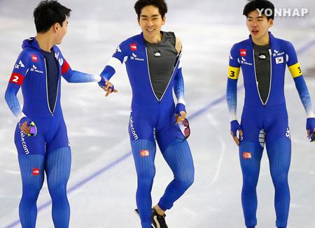 韩国男子速滑队获世界杯第一站追逐赛金牌