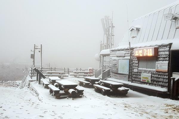 Erster Schnee am Seorak-Gebirge in diesem Herbst