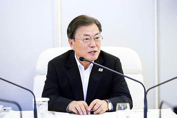 Präsident Moon macht neue ausländische Botschafter auf koreanische Kultur aufmerksam